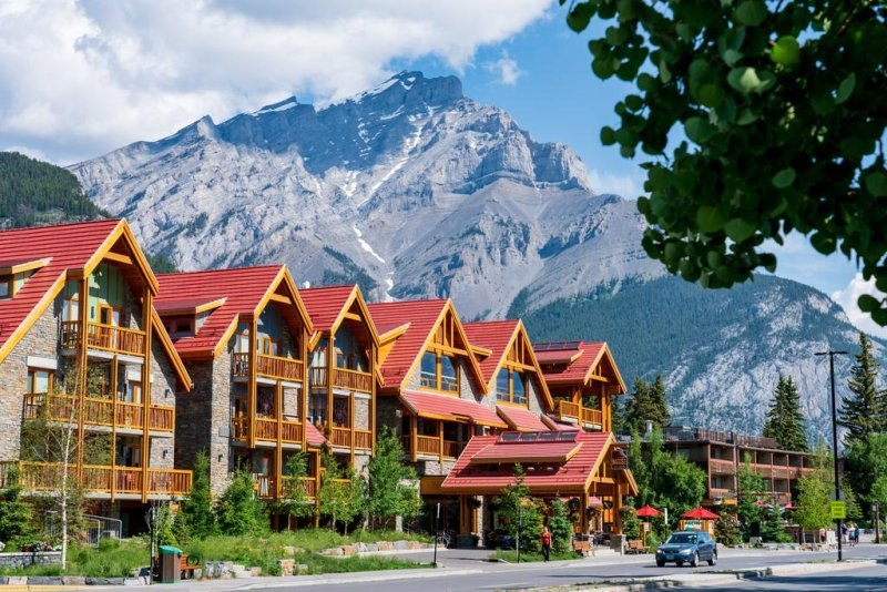 Located a 1 minute walk from the heart of Banff, the Moose Hotel & Suites features a spa center and on-site bar. Each unit offers a patio or balcony.