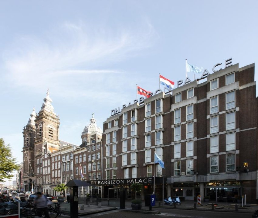 NH Collection Amsterdam Barbizon Palace combines modern facilities such as a fitness area with historic features including a 15th-century chapel. It is opposite Amsterdam Central Station and 550 m from Dam Square.