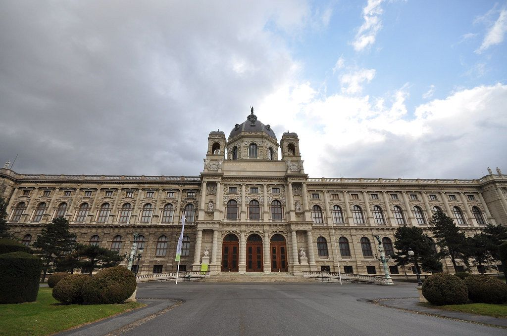 Museum of Fine Arts Vienna. Close to the MuseumQuartier and Hofburg, is the Museum of Fine Arts. It has many famous paintings and artworks by Brueghel, Raphael, Vermeer, Rembrandt, and many more.