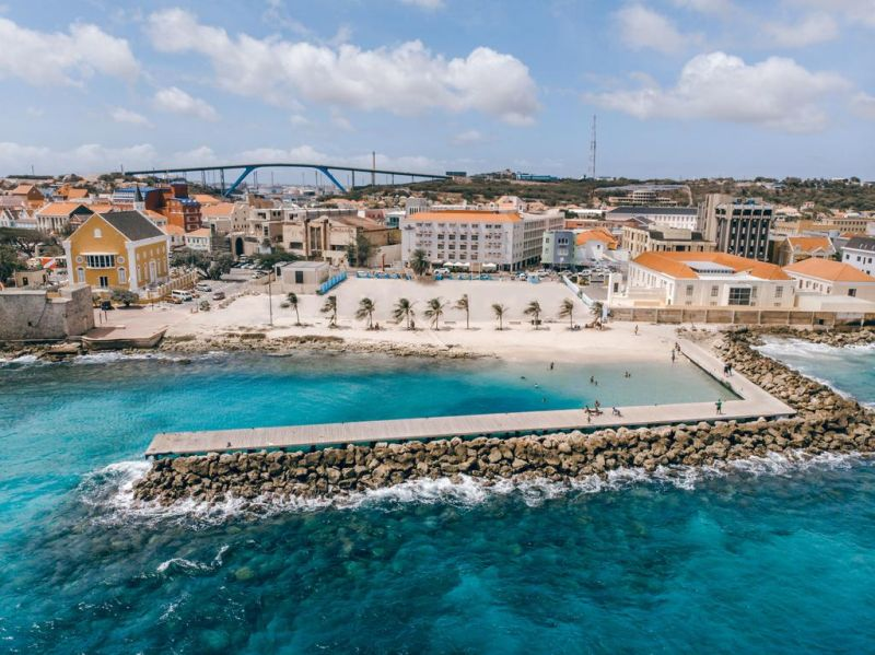 City Suites Curacao offers accommodations in Willemstad. The hotel is located in front of a city beach. Private parking is available on site at an extra cost.