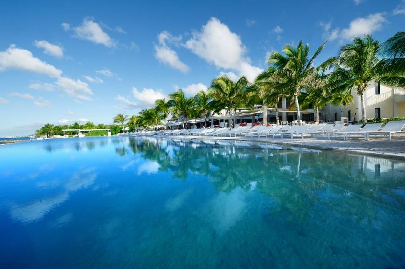 Set on Jan Thiel Beach, Papagayo Beach Hotel offers a casino and a spa inside the premises.