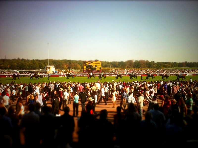 Prix de L'Arc de Triomphe. Due to the huge amount of prize money that had been made available from the 1930s onwards via State funding and later State lotteries, the race began to attract the great champions from all over Europe.